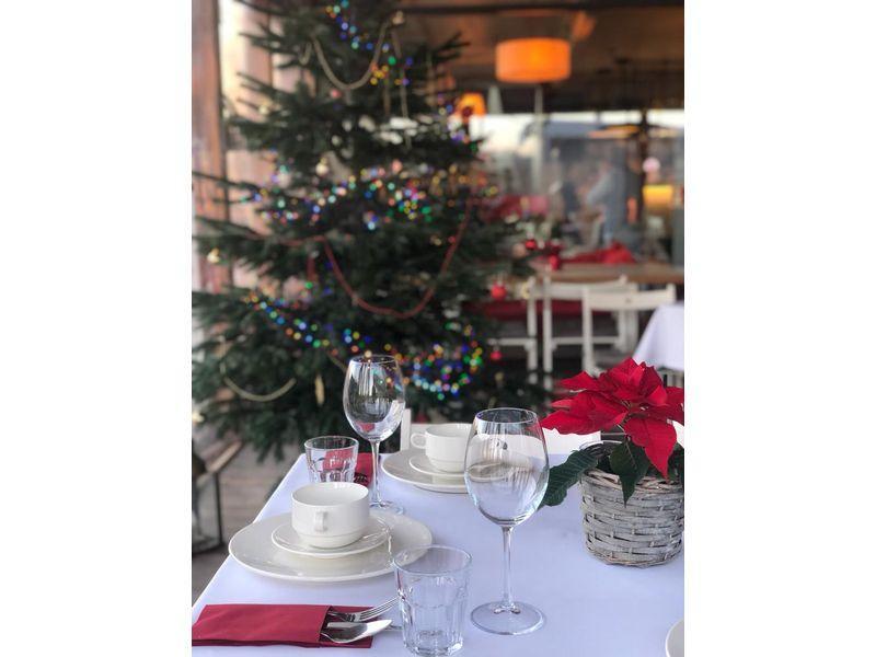 nakryty stół do imprez okolicznościowych 4